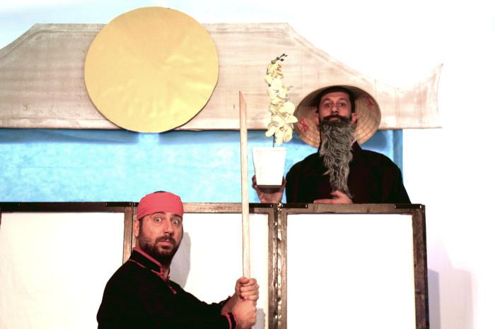 """""""Il maestro la spada"""" storia zen sulla pazienza e il coraggio di perseverare - Teatro Positivo - Spettacoli per bambini con attori e burattini con livelli di lettura per diverse età."""