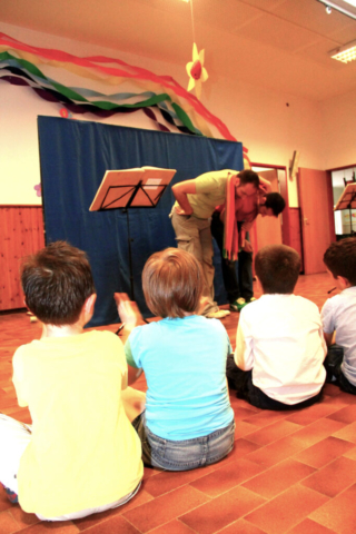 Alla fine dello spettacolo i bambini applaudono entusiasti