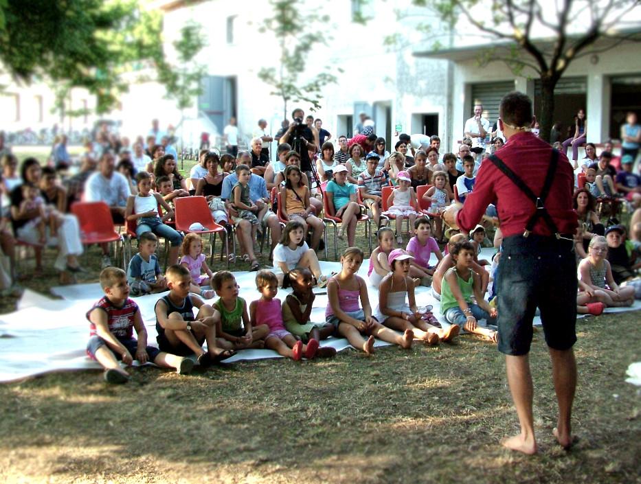 Il pubblico segue lo spettacolo con attenzione e divertimento