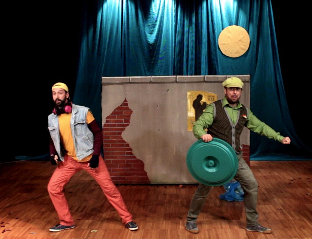 A fine spettacolo un'animazione coinvolge il pubblico stimolando la creatività